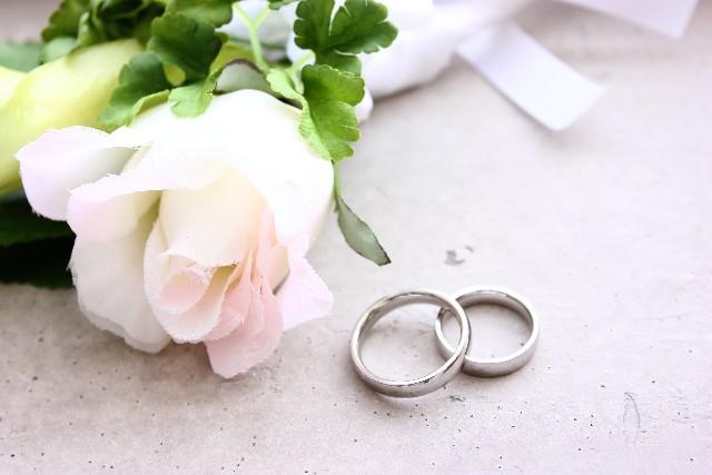 新婚カップルたちの「結婚指輪の素材、スタイル事情」
