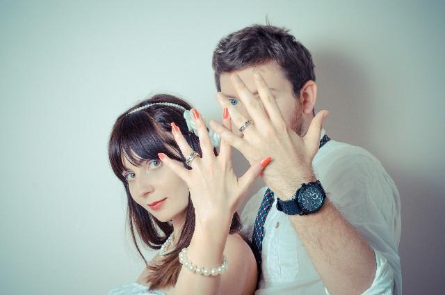 新婚カップルたちは「結婚指輪をどこの店舗で購入した?」