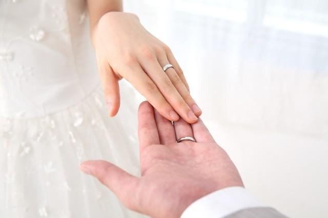 新婚カップルたちは「婚約指輪を贈った?贈らなかった?」