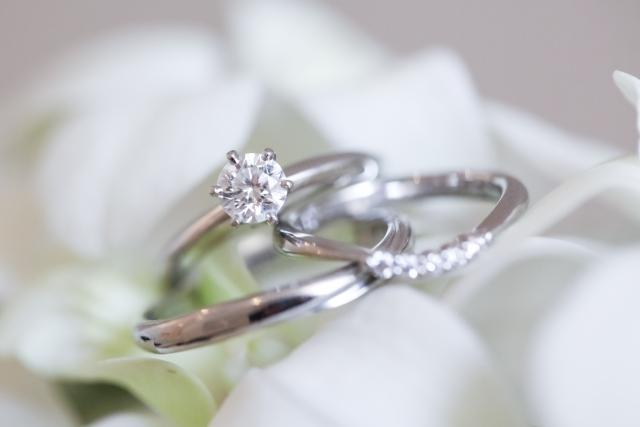 新婚カップルたちの「婚約指輪の材質、スタイル、カラット数事情」