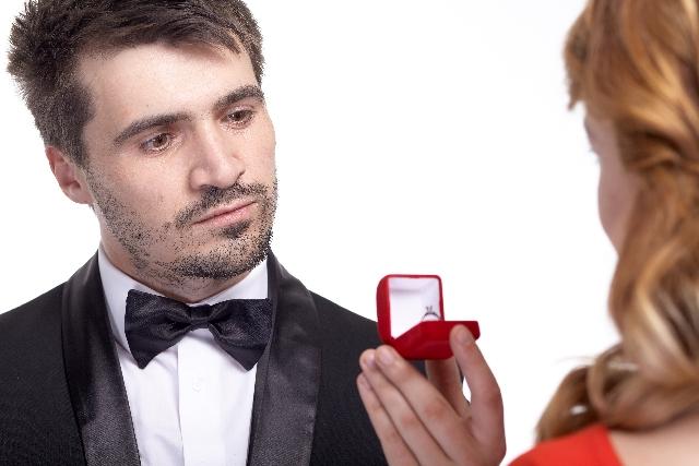 新婚カップルたちが「婚約指輪の購入を検討し決定する時期は?」