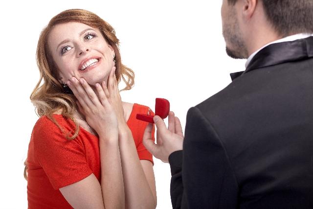 新婚カップルたちが「婚約指輪の購入検討時に利用した情報源は?」