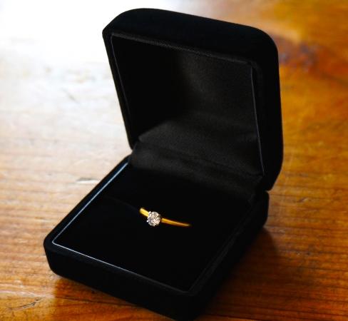 新婚カップルたちは「婚約指輪をどこの店舗で購入した?」