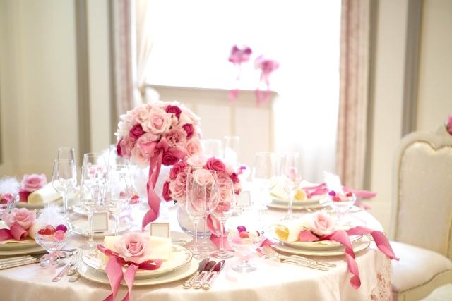 新婚カップルたちは「挙式と披露宴を同じ日に同じ会場で行っているのか」