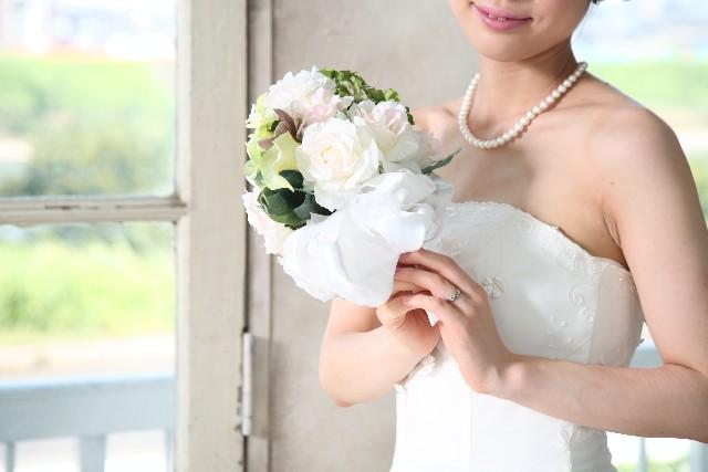 新婚カップルが「ブーケを検討・決定する時期」