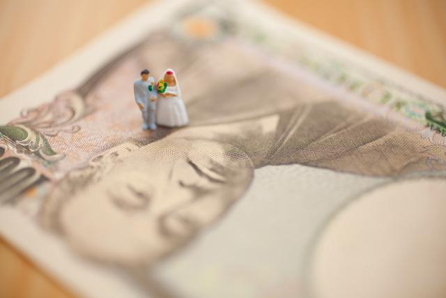新婚カップルの引出物の1人あたりの金額